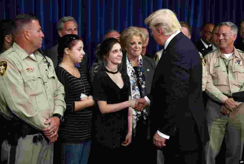 在拉斯维加斯大都会警察局,美国总统川普会见枪击惨案中帮助民众的应急工作者和普通公民(2017年10月4日)P