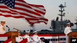 Церемония смены командования на корабле USS Blue Ridge на военно-морской базе США в Йокосуке, Япония, 7 сентября 2011 года