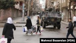 Diyarbakır Bağlar Mahallesi'nde bir zırhlı araç (Arşiv)