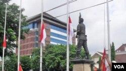 Aksi pemasangan bendera Merah Putih setengah tiang di kota Solo oleh para warga yang prihatin lemahnya penegakan hukum dan HAM (30/12).