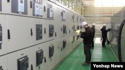한국 방위사업청은 27일 한국전기연구원에서 정부와 개발업체 관계자 150여 명이 참석한 가운데 '장보고-III' 추진체계 육상통합시험장 준공식을 했다고 밝혔다. 사진은 전기선박육상시험소 내부.