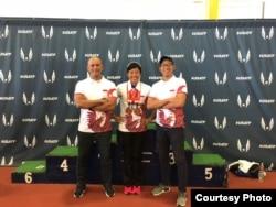 Atlet Dedeh Erawati (tengah) bersama pelatih Fahmy Fachrezzy (kiri) dan team manager Satrio Guardian (kanan) (Dok: Satrio Guardian)