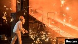 Seorang pekerja di pabrik baja milik Shandong Iron & Steel Group di Jinan, Provinsi Shandong, China, 7 Juli 2017.