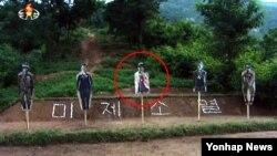 북한 조선중앙TV가 12일 방영한 '조선인민군 군인들 신천박물관 참관·복수 결의모임 진행' 소식 영상에 담긴 북한 군인들의 실탄 사격 모습. 과녁 중 정중앙에 박근혜 대통령의 사진이 붙은 것이 확인된다.