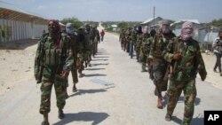 Militan Al-Shabab melakukan patroli di pinggiran Mogadishu, Somalia (foto: ilustrasi).