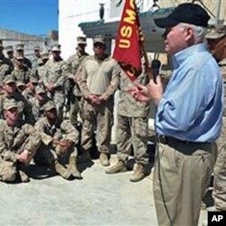 وزیردفاع گیٹس افغانستان میں امریکی فوجیوں کے ہمراہ (فائل فوٹو)
