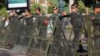 暴動警察は、2017年11月16日、カンボジアのプノンペンで最高裁判所の外にあるブロックされた通りを警戒している。