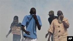 Des manifestants à Dakar, le 23 juin 2011