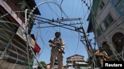 5月21號在分裂派發動罷工期間印度查謨與克什米爾邦斯利那加的警察在執行任務。(資料圖片)