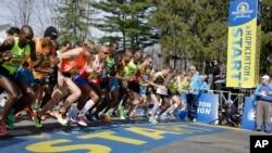 wanaridha wa kimataifa wakiamba mbio za Maraton za Boston