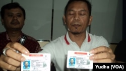 Petugas menunjukkan SIM miilik warganegara Korea yang ditangkap (Foto: VOA/Yudha)