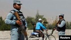 외국인 교직원 납치사건 현장 주변에서 8일 아프가니스탄 카불 경찰이 경계 임무를 수행하고 있다.
