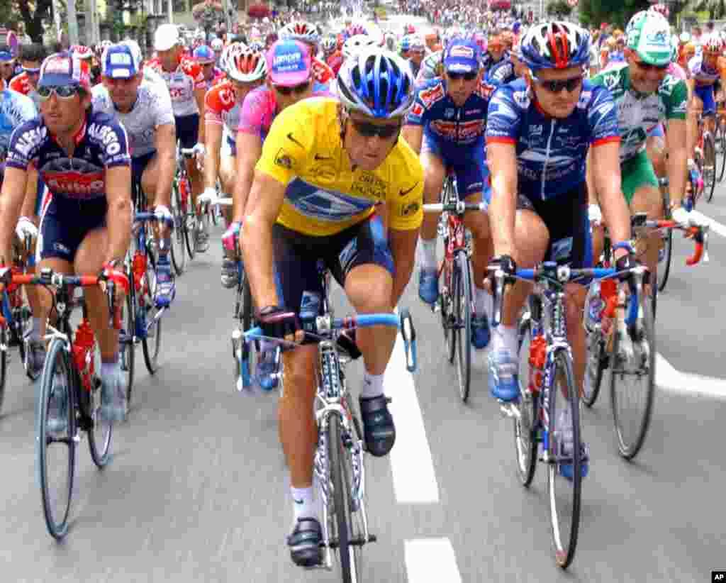 26جولائی 2002ء: ٹور ڈی فرانس کے 18ویں مرحلے میں آرمزاسٹرانگ ٹیم کے ایک رُکن فلائیڈ لینڈیز کے ہمراہ، (دائیں) سے دوسرے نمبر پر۔