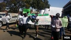 Les manifestants sont descendus dans les rues d'Harare pour montrer leur mécontentement, au Zimbabwe, le 2 août 2016.