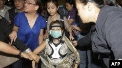 Cựu tổng thống Philippines Arroyo, ngồi trên xe lăn, được các phụ tá giúp đỡ trong khi rời khỏi sân bay ở Manila, Philippines hôm thứ Ba 15/11