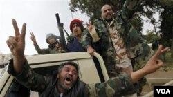 Para tentara anti-Gaddafi di Benghazi, Minggu (2/27).