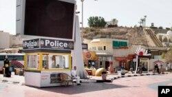 Policier montant la garde en face d'un poste de police du tourisme à Naama Bay, Charm el-Cheikh, au sud du Sinaï, en Egypte, le 8 novembre 2015.