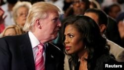 Foto sa a montre Donald Trump --ki te fèk ranpòte eleksyon primè Pati Repibliken an pou l tounen ofisyèlman kandida a la prezidans-- avèk Omarosa Manigault Newman, pandan yo t ap asiste yon sèvis relijye nan vil Detroit, Eta Michigan, le 3 septanm 2016. (Foto-Achiv).
