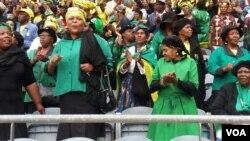 Bavalelisa umuyi uNkosikazi Winnie Madikizela Mandela enkundleni yeOrlando Stadium kwele South Africa.
