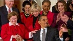 پرزیدنت اوباما هنگام امضای نخستین لایحه پس از ورودش به کاخ سفید، لایحه حقوق برابر برای کار برابر عکس از نیویورک تایمز در ۲۹ ژانویه ۲۰۰۹