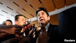 지난해 2월 북한 핵실험 당시 아베 신조 일본 총리가 기자단의 질문에 답히고 있다. 일본 내각은 북한 핵실험 직후 국가안보회의를 열고 대응 방안을 논의했다. (자료사진)