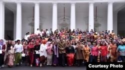 Presiden Jokowi berphoto dengan para aktivis perempuan di depan Istana Merdeka, Jakarta, Rabu (6/3) (Foto: Biro Pers Sekretariat Presiden)