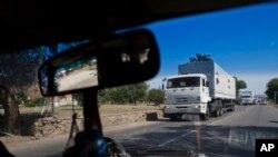 Truk - truk bergerak menuju titik kontrol perbatasan antara Rusia dan Ukraina di Donetsk. Konvoi truk-truk bantuan Rusia yang pertama menyeberangi zona inspeksi Ukraina, 22/8/2014.