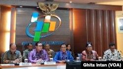 """Kepala BPS Suhariyanto (tengah) bersama perwakilan dari Bappenas, Kemenko Polhukam, dan Kemendagri dalam konferensi pers """"Indeks Demokrasi Indonesia (IDI) 2018"""" di kantor BPS, Jakarta, Senin, 29 Juli 2019. (Foto: VOA/Ghita)"""