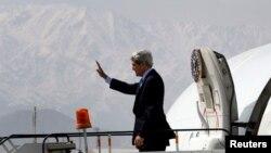 John Kerry estaba de viaje cuando fue multado por no limpiar de nieve la acera frente a su casa.