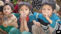 နယ္စပ္ျဖတ္ေက်ာ္ ထြက္ေျပးလာၾကတဲ့ တုိင္းရင္းသား ကေလးငယ္မ်ား။ (ဓါတ္ပုံ AP)
