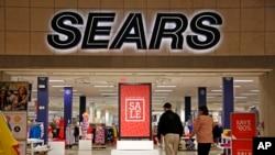 ພາບຂອງຜູ້ຄົນ ທີ່ອອກມາຈັບຈ່າຍຊື້ຂອງ ທີ່ຍ່າງຜ່ານ ຮ້ານ ສັບພະສິນຄ້າ Sears ໃນນະຄອນ Pittsburgh, ວັນທີີ 8, 2017.