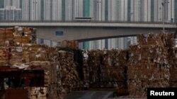 将运往中国大陆的废纸堆放在中国香港的码头(2017年9月15日)。