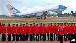 美國總統奧巴馬結束了非洲之行﹐空軍一號起飛離開坦桑尼亞機場。