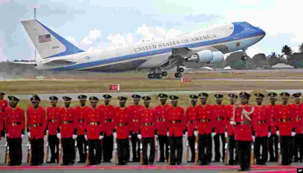 Dayaaradda Madaxweyne Obama oo ka soo kicitimeysa dalka Tanzania, iyadoo uu madaxweynuhu soo afjaray socdaalkiisii Afrika.
