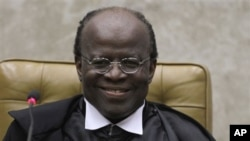 Le président brésilien de la Cour suprême, Joaquim Barbosa, lors de sa cérémonie d'inauguration à la Cour suprême à Brasilia, au Brésil, le jeudi 22 novembre 2012. Barbosa est le premier leader noir du Brésil à accéder à la présidence de la Cour suprême.