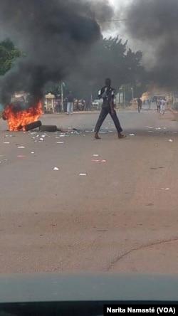 Les violences continuent dans les rues d'Abidjan, Côte d'Ivoire, le 30 octobre 2016. (VOA/Narita Namasté)