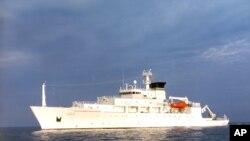 Kapal USNS Bowditch, kapal survei kelautan sipil, berlayar di perairan terbuka. Kapal Bowditch menyelamatkan dua drone pada hari Kamis (15/12) ketika kapal AL China mengambil salah satu drone tersebut, menurut juru bicara Pentagon.