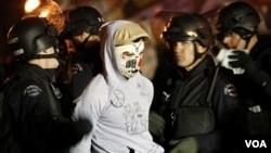 Las fuerzas de seguridad arrestan a un miembro del movimiento Ocupemos Wall Street durante una protesta.