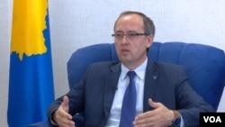 Novoizabrani premijer Kosova, Avdulah Hoti, tokom intervjua za servis Glasa Amerike na albanskom jeziku, 5. juna 2020.