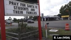 산타페 시에 걸린 총기참사 희생자들과 가족을 위해 기도하자는 글