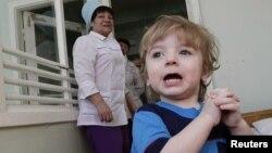 Mark, 3, kandidat untuk adopsi pada bagian anak-anak sebuah rumah sakit di kota Krasnoyarsk, Siberia. (Foto: Dok)