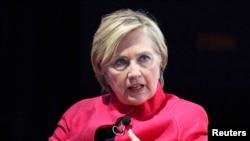 """Mantan kandidat presiden Amerika Serikat Hillary Clinton memberikan sambutan dalam acara """"The 18th World Knowledge Forum"""" di Seoul, Korea Selatan, 18 Oktober 2017."""