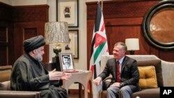 Raja Yordania Abdullah II (kanan) menerima ulama Irak Muqtada al-Sadr di Amman, Yordania Senin (23/10).