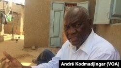 Ndongar Deoungar, inspecteur de l'enseignement secondaire à la retraite, le 11 mai 2020. (VOA/André Kodmadjingar)