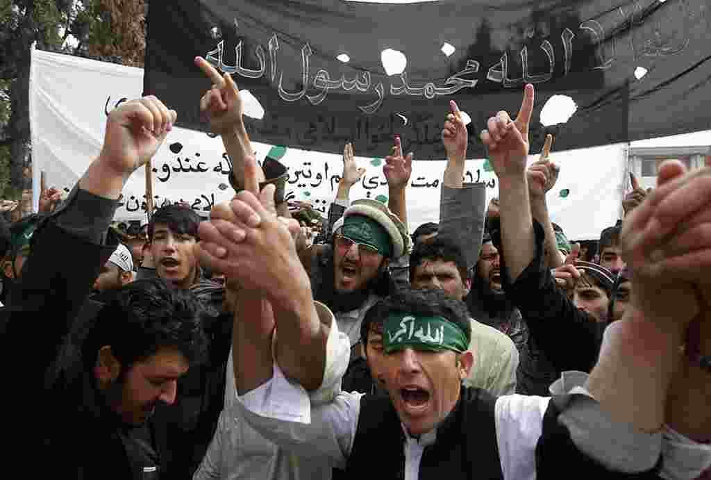 Para demonstran meneriakkan slogan-slogan anti-AS di Jalalabad, Afghanistan, setelah seorang tentara AS menembak 16 warga sipil di Panjwai, Kandahar, 13/3 (Reuters).