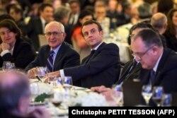 CCAF yemeğinde tarihçi Taner Akçam'la yan yana oturan Fransa Cumhurbaşkanı Macron