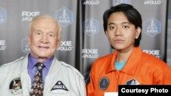 Rizman Nugraha bersama Buzz Aldrin, mantan astronot AS dan orang kedua yang berjalan di bulan. (Foto: Dok/ AXE Indonesia).