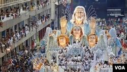La carroza de Beija-Flor con la imagen de Jesuscristo en el cual desfiló Roberto Carlos rodeado por 300 niños.
