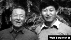 在清華大學讀書的習近平(右)與復出任廣東省委第一書記的父親習仲勳合影