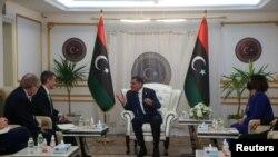 Le secrétaire d'État adjoint américain par intérim, Joey Hood, rencontre le premier ministre libyen, Abdulhamid Dbeibeh, et la ministre libyenne des affaires étrangères, Najla el-Mangoush, à Tripoli, en Libye, le 18 mai 2021.